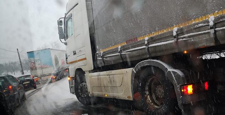 Pe motiv că au fost anunțate ninsori trecătoare, firmele de deszăpezire n-au prea trecut pe drumuri