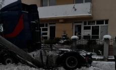 Un șofer a intrat cu TIR-ul în peretele unei case din Colțirea