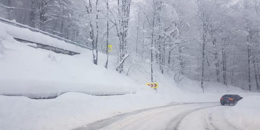 Zăpadă frământată pe multe drumuri și 20 km de ceață în Pasul Prislop
