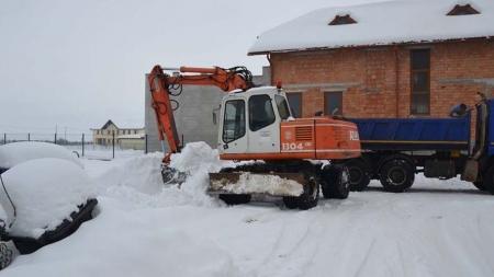 Zăpadă de pe drumuri, cărată cu camioanele