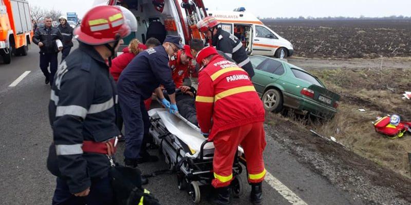 O mașină de Maramureș a provocat un accident în lanț, după care s-a oprit chiar în gardul unui atelier auto (GALERIE FOTO)