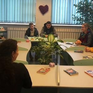 Elevi la discuții despre cărți de dragoste