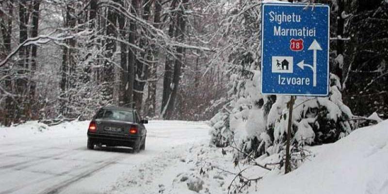 Drumuri de munte cu zăpadă și ceață