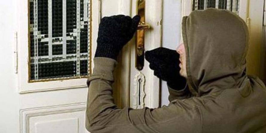 Un băimărean i-a pus pe fugă pe hoții ce spărgeau apartamentul vecinului