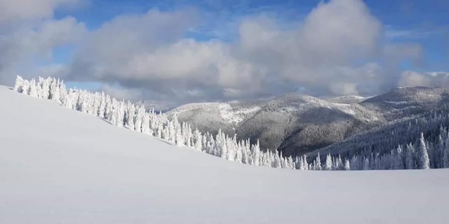 Risc de avalanșe mici și, izolat, medii