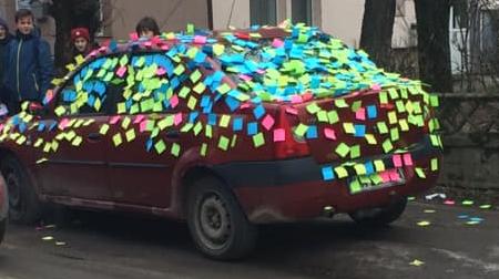Domnului profesor cu dragoste; o lecție predată în parcare de către elevi