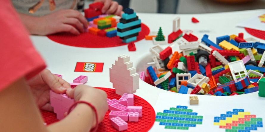 Atelier și expoziție cu piese Lego
