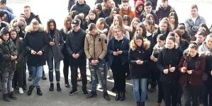 """Moment de reculegere la Liceul """"Marmația"""" pentru tinerii care au murit în urma accidentului de la Sighet (GALERIE FOTO)"""