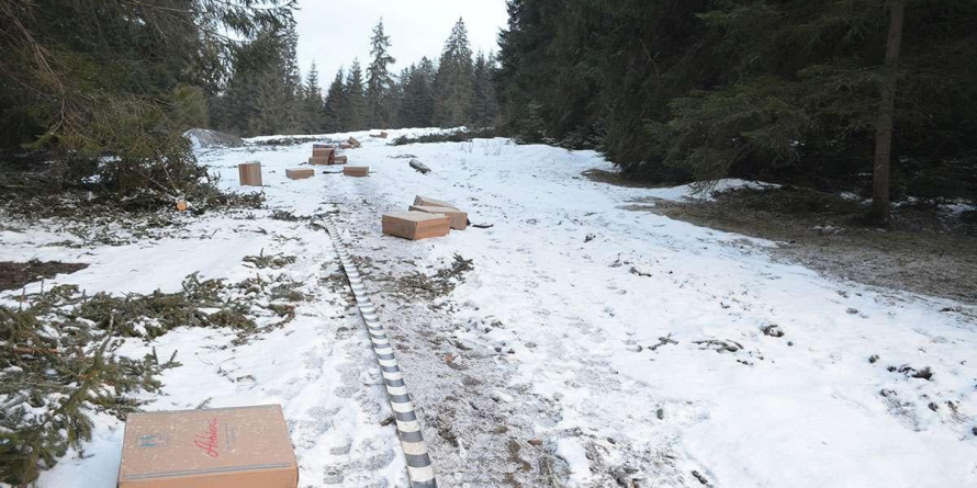 În loc de fire de ghiocei,  la graniță au răsărit fire de… țigări