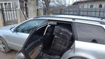 A fugit de poliție și a dat într-un stâlp, avariind și două mașini parcate (VIDEO)