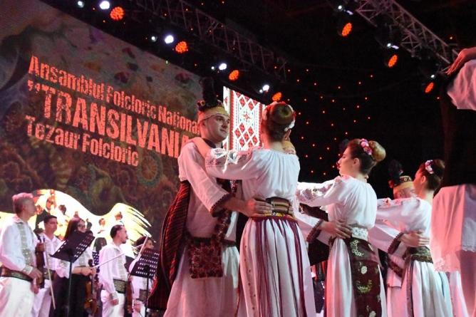 """""""Joc în sat"""" – spectacolul folcloric dedicat celor care poartă numele Vasile, Grigore și Ioan"""