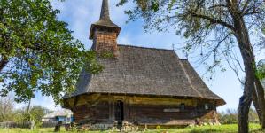 Curățenia de primăvară la biserica veche din Drăghia