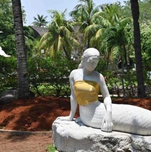Cu pudoarea nu te pui: unor statui reprezentând sirene li s-au acoperit sânii