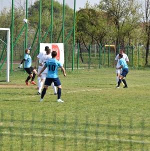 Continuă lupta la vârf în Seria Sud a Ligii a 4-a la fotbal