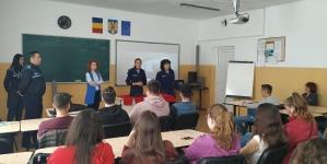 Elevi povățuiți de polițiști despre cum să se ferească de necazuri