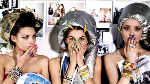 Angajații saloanelor de în frumusețare, rugați să evite bârfele