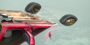 Acrobație involuntară: a dat prea mult înapoi cu spatele și s-a răsturnat cu mașina în râu