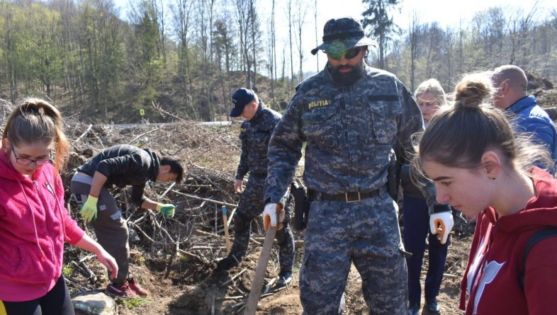 """Polițiști în misiunea """"Împădurirea"""" (GALERIE FOTO)"""