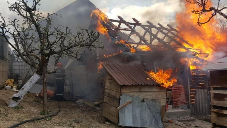 Zece incendii în trei zile