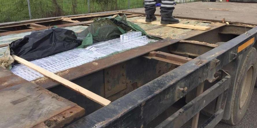 Țigări de contrabandă găsite în podeaua dublă a unei semiremorci