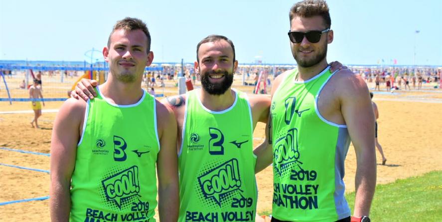 """Trei băimăreni """"inadaptați"""" participă de azi la cel mai mare turneu de volei pe plajă din Europa"""