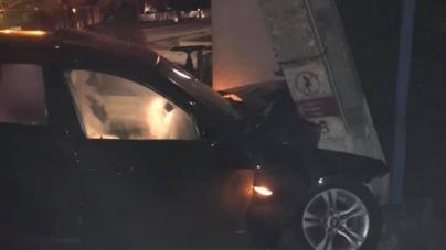 S-a oprit cu mașina în stâlp