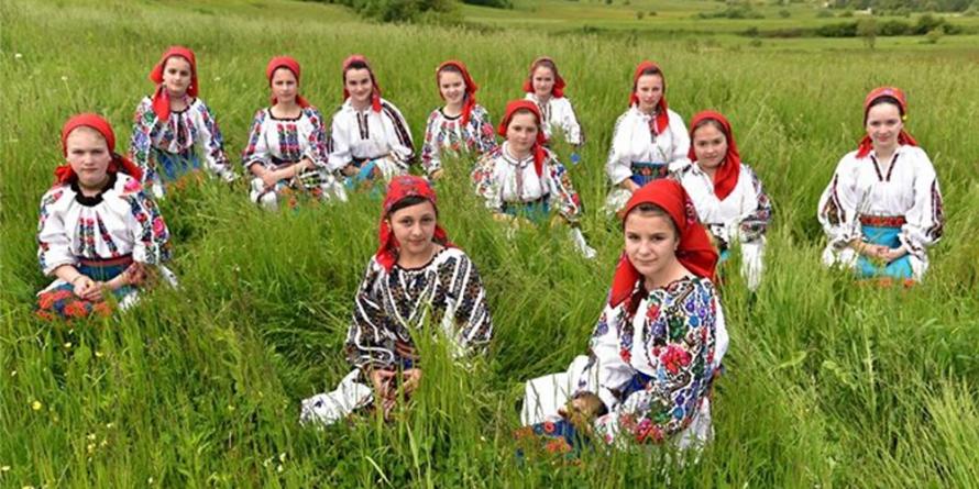 """Expoziția de fotografie """"România în straie tradiționale"""""""