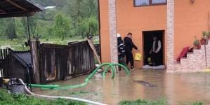 Gospodării inundate în Maramureș (GALERIE FOTO)