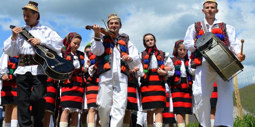 """Weekend la Strâmtura, cu Festivalul de cântece și jocuri populare """"Fiii satului"""" (GALERIE FOTO)"""