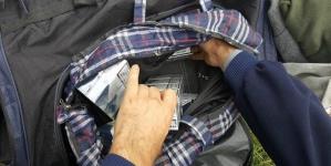 Transporta în portbagaj țigări de contrabandă