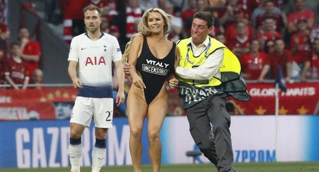 Cine e duduia care a întrerupt finala Ligii Campionilor intrând pe teren mai mult despuiată decât îmbrăcată (GALERIE FOTO)