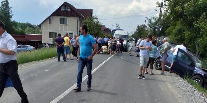 Accident cu răniți și blocaj în Cărbunari