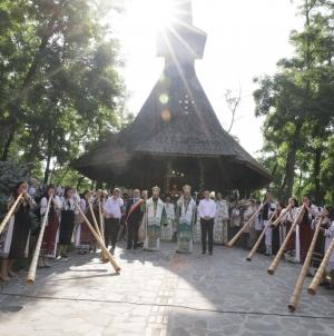 Ierarhii Episcopiei, întâmpinați cu sunet de tulnic, după tradiția din Apuseni (GALERIE FOTO)