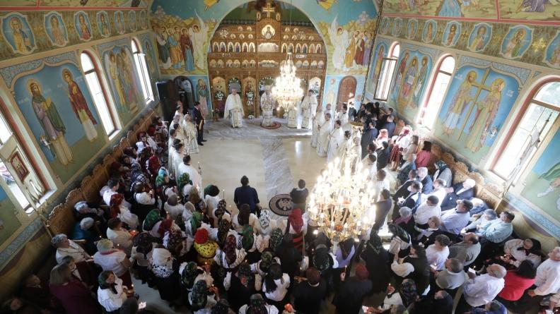 """Târnosirea bisericii """"Sfântul Mare Mucenic Gheorghe"""" din Sighet (GALERIE FOTO)"""