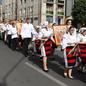 """Îngenuncherea de după procesiunea religioasă intitulată """"Spre Sfânta Treime"""" (GALERIE FOTO)"""