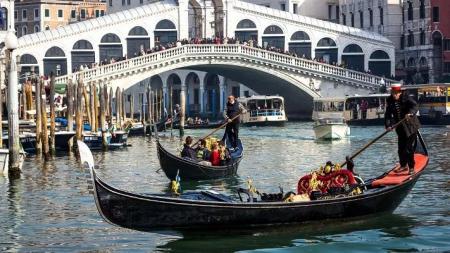 Turiști amendați cu 950 de euro și expulzați, pentru că și-au făcut cafea lângă un pod celebru din Veneția