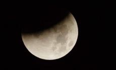 Maximul eclipsei parţiale de lună se va produce la noapte, la ora 00.31