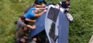 Femeie rănită după ce o mașină a căzut de pe un pod