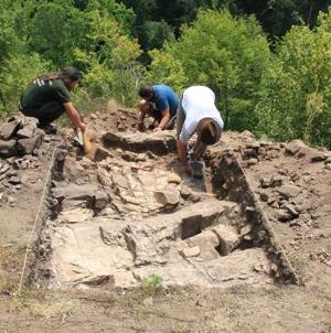 """Fragmente ceramice, oase de animale și unelte de fier au fost descoperite la Sălnița–""""Custura Cetățele"""" în urma unor cercetări arheologice"""