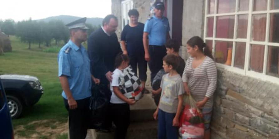Jandarmii maramureșeni au venit în sprijinul unei familii cu 13 copii