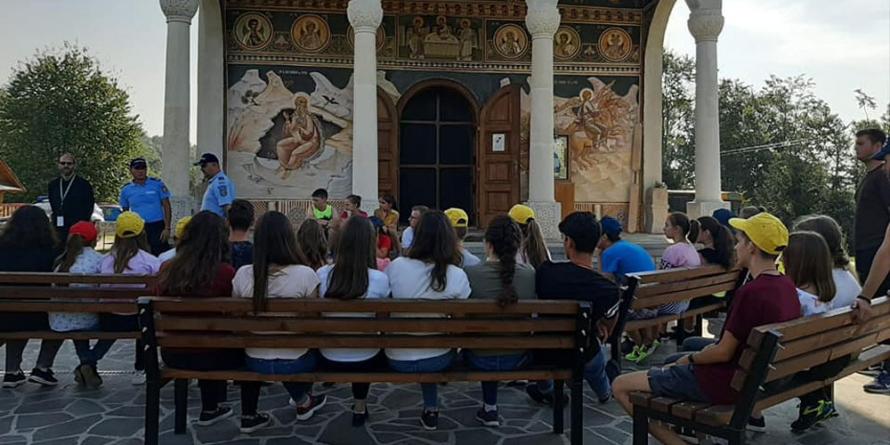 """Copiii aflați în tabără la mănăstirea din Coroieni s-au întâlnit cu jandarmii în cadrul campaniei """"Siguranţă în vacanţă"""""""