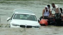 Și-a aruncat mașina în râu, supărat că tatăl său i-a luat BMW în loc de Jaguar