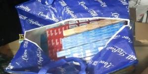 Prinsă într-o stație de autobuz cu țigări de contrabandă în geantă