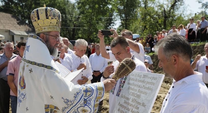 S-a pus piatra de temelie pentru noua biserică din Chechiş (GALERIE FOTO)