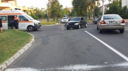 O tamponare în intersecție și o mașină răsturnată în șanț