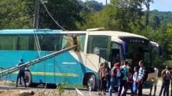 Cumpănă pentru 25 de elevi: un stâlp s-a prăbușit peste autocarul în care călătoreau