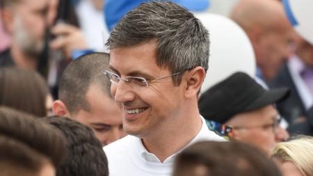 Aflat în Maramureș, un candidat își strânge personal semnături pentru a se înscrie în cursa pentru Președinție