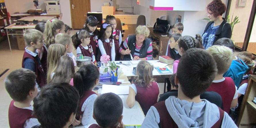 """La Biblioteca Județeană, elevii de la """"Iorga"""" au învățat cum se recondiționează cărțile"""