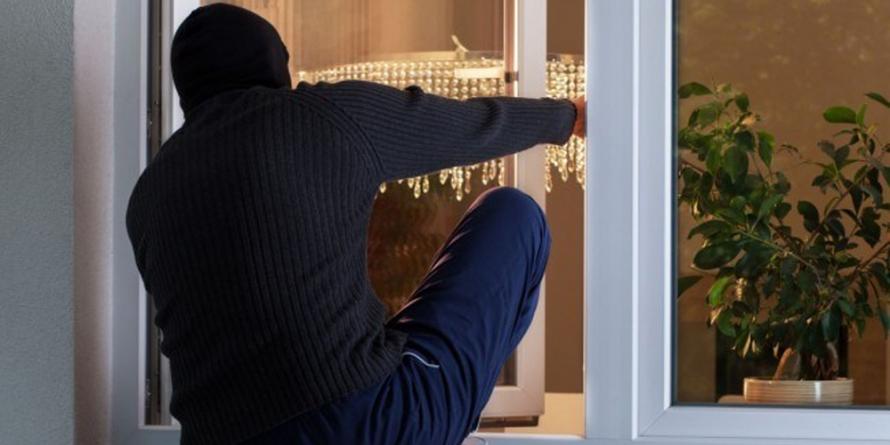 S-a împăcat cu cel care i-a intrat noaptea în casă și i-a furat telefonul