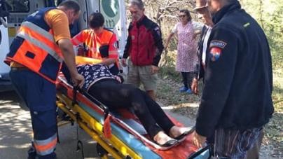 Colaborare între salvamontiști și cei de pe ambulanță pentru salvarea unei femei cu probleme la coloană